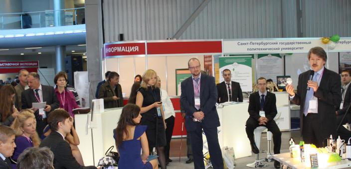 Участники инновационного форума Санкт-Петербурга проверили на практике преимущества лампы SvetaLED 11 Вт