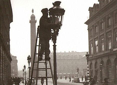 Уличные электрические фонари впервые в России появились в Санкт-Петербурге